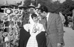 Una pequeña chulapa posa junto a un hombre, quizá el reportero de Informaciones, en la Verbena de San Antonio en 1952