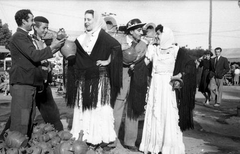 Tres vendedores de botijos coquetean con dos chulapas en la Verbena de San Antonio en 1952