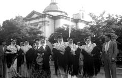 Chulapas frente a la ermita de San Antonio de la Florida en 1952.