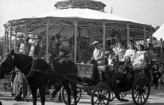 Un carromato con varias chulapas en la Verbena de San Antonio en 1952