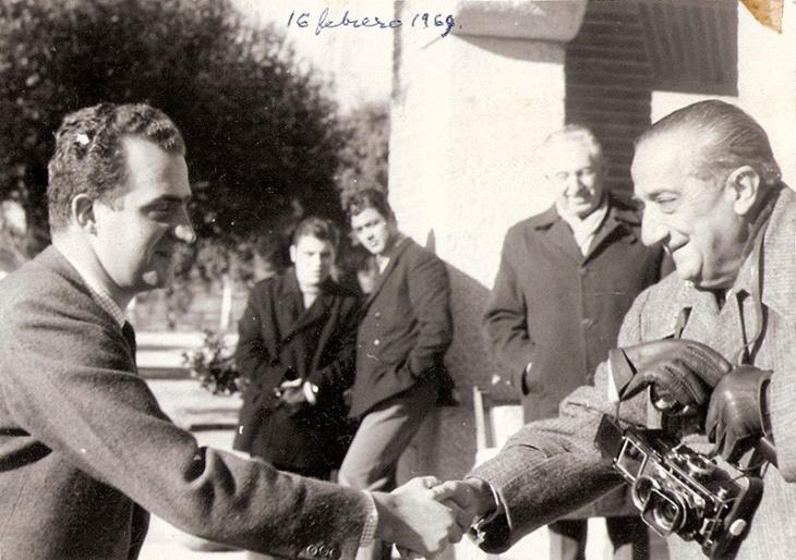 Pepe Campúa saluda al entonces príncipe Juan Carlos de Borbón durante una cacería en El Pardo en 1969.