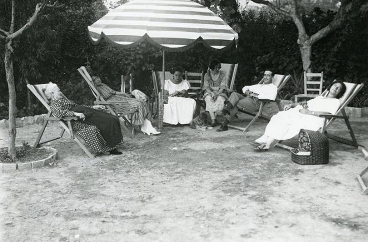 Raquel Meller en sus vacaciones en 1921. Aparece a su derecha Campúa padre sentado en una tumbona.