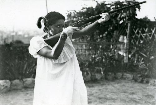 Foto inédita de Raquel Meller con un fusil de caza en sus vacaciones en 1921