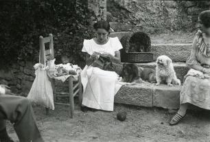 Raquel Meller tejiendo durante sus vacaciones en 1921