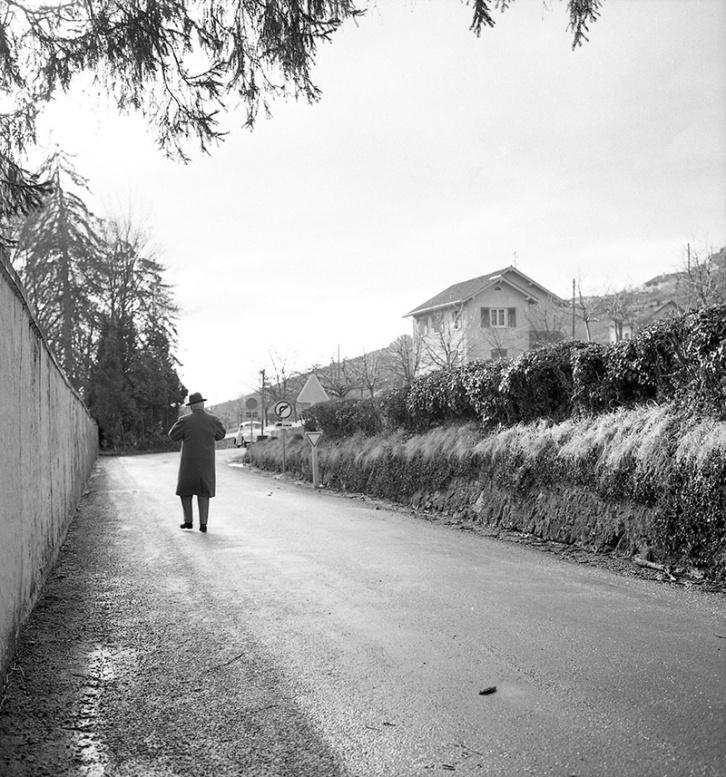 Charles Chaplin se va corriendo tras su encuentro con Marino Gómez-Santos y Pepe Campúa en febrero de 1964. Por la espalda se adivina aún un característico paso.