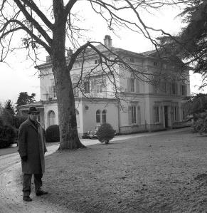 Marino Gómez-Santos frente a Le Corsier, la residencia de Charles Chaplin en febrero de 1964