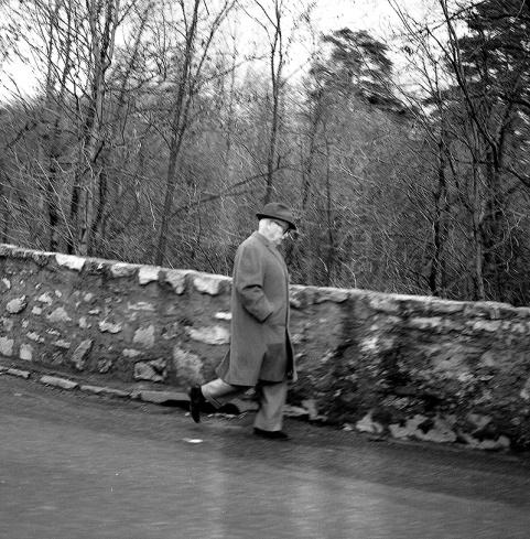 Charles Chaplin se va corriendo tras su encuentro con Marino Gómez-Santos y Pepe Campúa en febrero de 1964