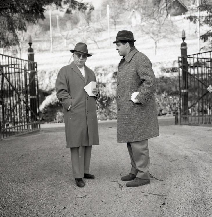 Marino Gómez-Santos entregándole a Chaplin la carta de Edgar Neville en Le Corsier en febrero de 1964, fotografiados por Campúa