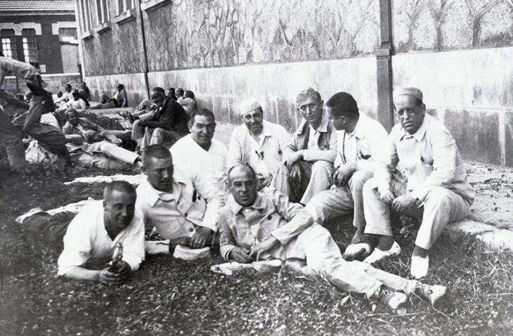 Sanjurjo retratado por Campúa junto a sus compañeros de prisión en el penal de El Dueso (Cantabria) en enero de 1934