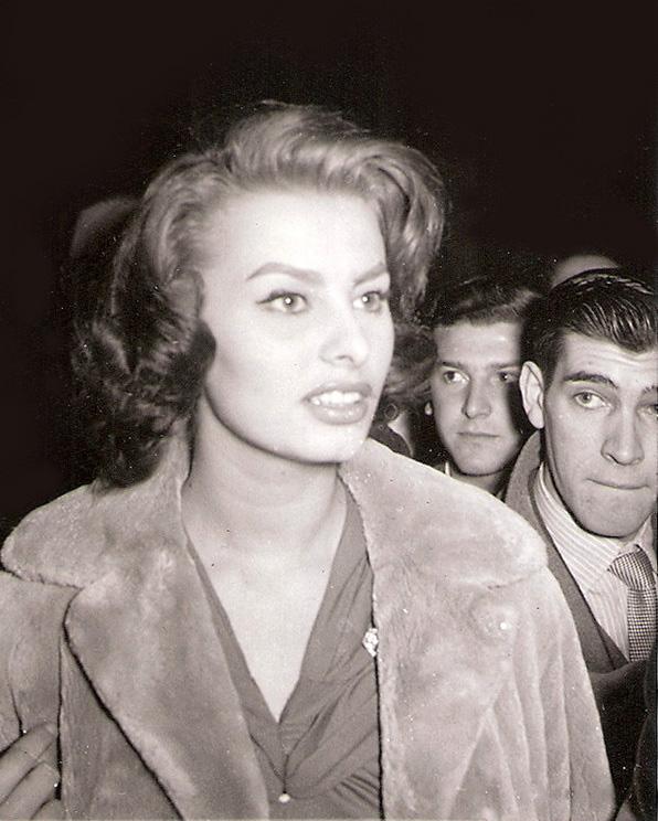Sofía Loren retratada por Campúa en febrero de 1956 a su llegada al aeropuerto de Madrid