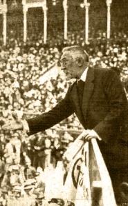 Unamuno retratado por Campúa padre durante un discurso en la Plaza de Toros de Las Ventas en 1917