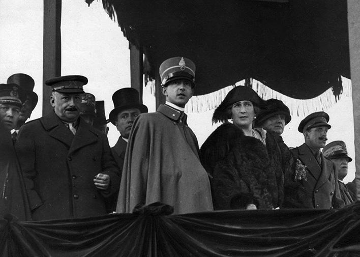 Fotografía de Campúa publicada en La Esfera el 1 de diciembre de 1923 con el siguiente pie:SS. MM. los Reyes de Italia y España, el Príncipe heredero y  Mussolini y Primo de Rivera en las maniobras militares de los señores Centocelle.