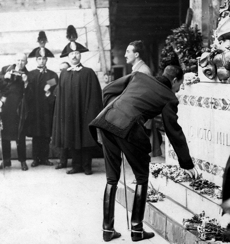Alfonso XIII fotografiado por Campúa mientras colocaba una corona de laurel en la tumba del Soldado Desconocido.