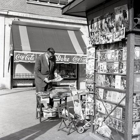 El ex coronel nazi Otto Skorzeny en un kiosko de prensa en Madrid. Foto realizada por Campúa en 1958