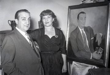 """Magda Andrade junto a José Demaría Vázquez """"Campúa"""" y el retrato del fotógrafo el 1 de diciembre de 1952"""