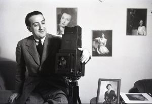 """José Demaría Vázquez """"Campúa"""" en su estudio en los años 40"""