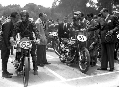 Pilotos antes de la salida de la carrera de motocicletas celebrada en el Parque de El Retiro el 14 de mayo de 1950, fotografiada por Campúa
