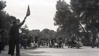 Salida de la carrera de motos con side-car celebrada en el Parque de El Retiro el 14 de mayo de 1950, fotografiada por Campúa