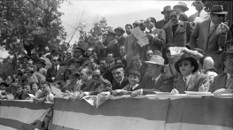 El público de la carrera de motocicletas celebrada en el Parque de El Retiro el 14 de mayo de 1950, fotografiado por Campúa