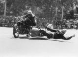 Participante en la carrera de motos con side-car celebrada en el Parque de El Retiro el 14 de mayo de 1950, fotografiada por Campúa