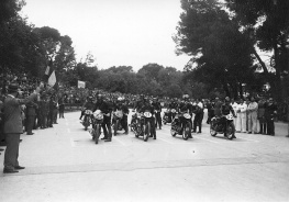 Salida de la carrera de motocicletas celebrada en el Parque de El Retiro el 14 de mayo de 1950, fotografiada por Campúa
