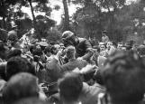 El público felicita a uno de los ganadores de la carrera celebrada en el Parque de El Retiro el 14 de mayo de 1950, fotografiado por Campúa