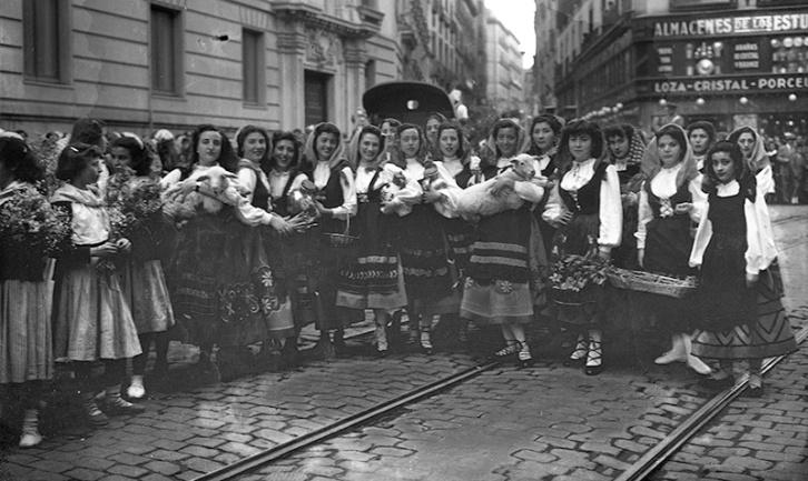 Ofrenda de frutas y animales a San Isidro en el centro de Madrid, fotografiada por Campúa en 1950