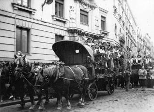 Las muchachas encargadas de la ofrenda a San Isidro llegan a la Plaza Mayor durante la celebración de 1950, fotografiadas por Campúa
