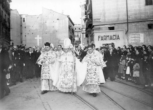 El obispo Eijo Garay durante la procesión de San Isidro, a su paso por la Plaza de Puerta Cerrada en 1950, fotografiado por Campúa