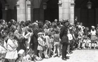 El público del pregón de San Isidro congregado en la Plaza Mayor de Madrid en 1969, fotografiado por Campúa