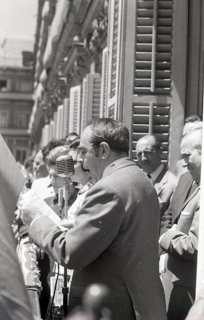 El cronista de la villa, Enrique de Aguinaga fotografiado por Campúa mientras leía el pregón de las fiestas de San Isidro en 1969